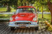 Coche clásica retro vintage estacionado en jardín tropical — Foto de Stock
