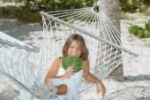 Feliz alegre niña descansando en una hamaca en el jardín tropical — Foto de Stock