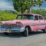 vista del clásica coche retro vintage estacionada en la carretera cerca del jardín tropical en día soleado — Foto de Stock   #53779217