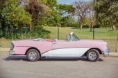 Grande vista do clássico vintage retro carro estacionado na estrada no jardim — Fotografia Stock