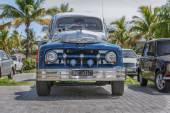 古典的なヴィンテージのフロント vew、レトロなカスタマイズ ピックアップ トラック — ストック写真