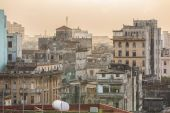 Dramatic view of old, retro antique Havana Cuban town, staying in dusty smog environment and overcast sky with people in background — 图库照片