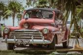 Classic retro, vintage car in Cuban tropical garden — 图库照片