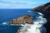Rough and steep coastline — Stok fotoğraf