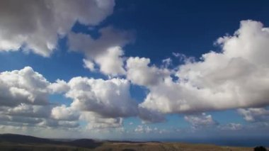 Timelapse of Clouds crossing the blue sky above the land — Stock Video