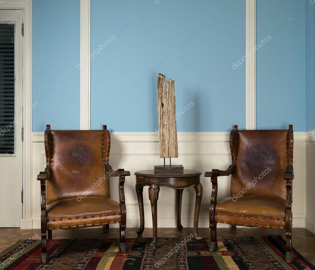 TvÃ¥ klassiska stolar och bord med lampa — stockfotografi © jzhuk ...