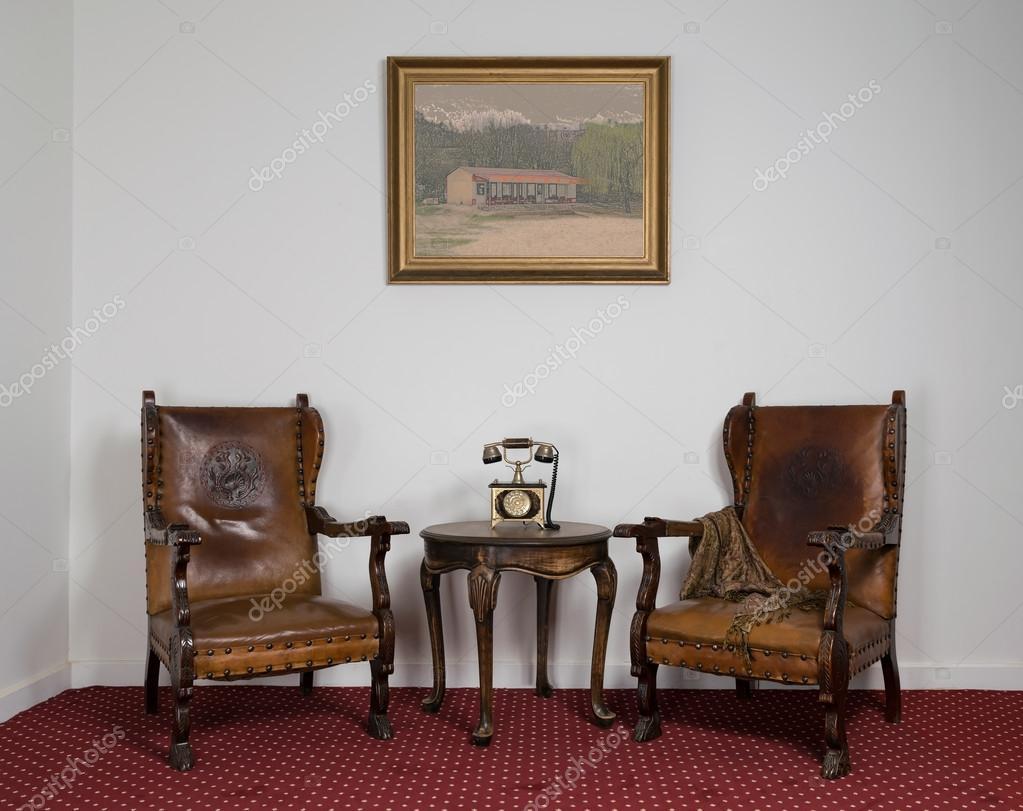 Dos sillones de madera peque a mesa de centro y el - Sillones de madera antiguos ...