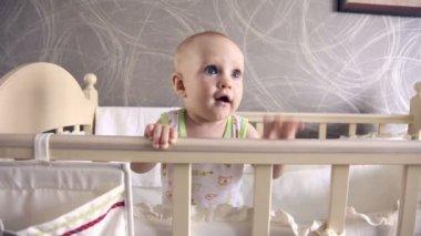 Sieben Monate Mädchen tanzen im Kinderbett — Stockvideo