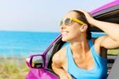 幸せな車の女性ドライバー — ストック写真