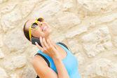 Charmig flicka talar via telefon — Stockfoto