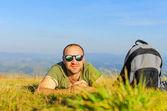 Muž na trávě — Stock fotografie
