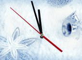 Clock with fir branches and Christmas decorations under snow clo — Stockfoto
