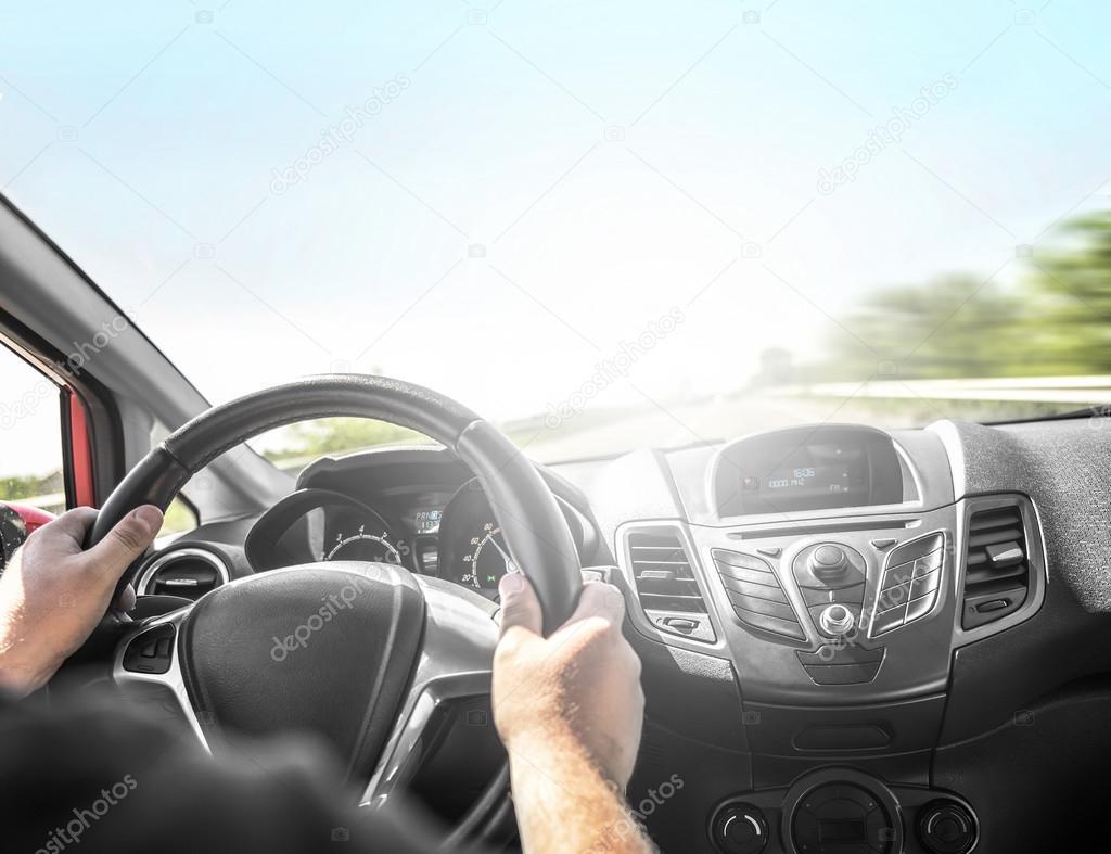 Fahrer mit dem Auto auf der Straße — Stockfoto © believeinme #73092693 | {Auto cockpit straße 11}