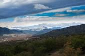Kenti yakınlarındaki dağlarda güzel bir gökyüzü altında — Stok fotoğraf