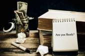 U klaar bent geschreven op het papier op een houten achtergrond. — Stockfoto