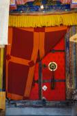Oldtemple door decorated with plaited tassel. Thikse Buddhist monastery in  Ladakh — Stock Photo