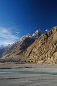 Mountains and river near Sost, Northern Pakistan — Stock Photo