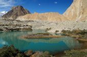 Beautiful lake and mountains in Northern Pakistan — Stock Photo