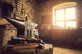 Yunque contra la ventana — Foto de Stock