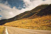 Estrada de montanha e o céu nublado — Fotografia Stock