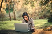 Girl and a laptop in the park — Foto Stock
