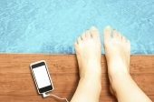 Woman legs with blank screen smartphone at swimming pool - liste — Stock Photo