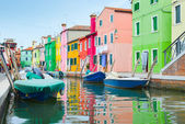 Colorful houses and boats in Burano village — Stock Photo