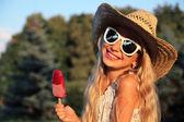 Holčička a zmrzlina — Stock fotografie