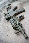 Dessert assault rifles on the ground — Stock Photo