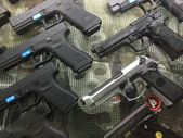 A lot of airsoft gun showing in showcase — Stock Photo