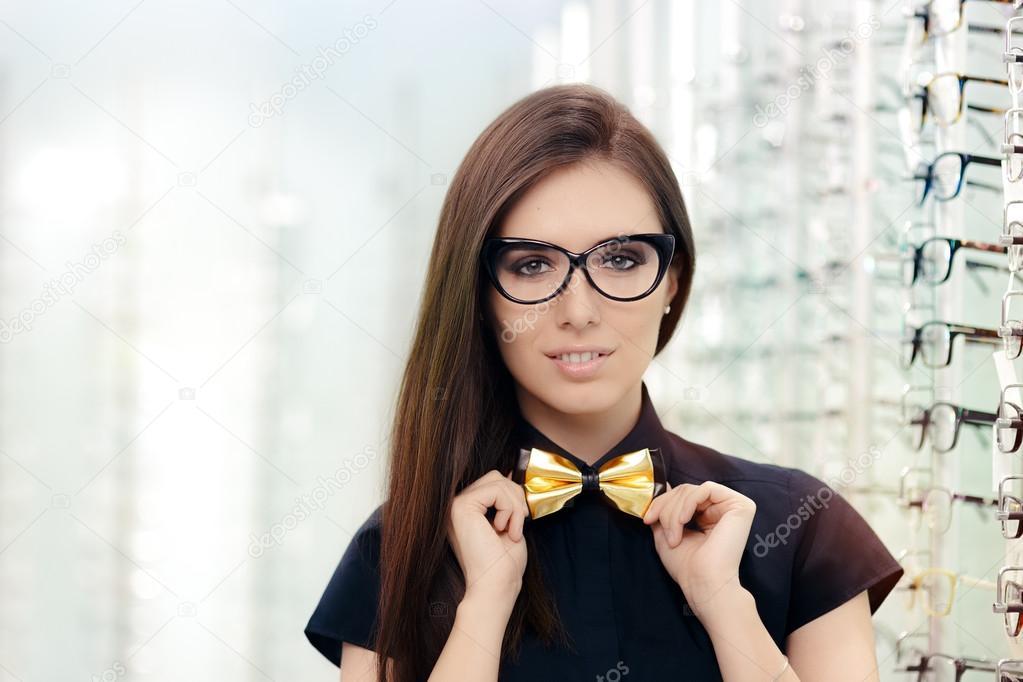 sophistiqus fille qui porte des lunettes dans la boutique de lopticien image de nicoletaionescu