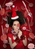 Vtipné vánoční dívka drží Candy, obklopené lízátka — Stock fotografie