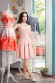 Femme en robe rose dans le magasin de mode — Photo