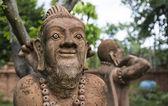 Vieillard asiatique pratiquant la statue d'yoga — Photo