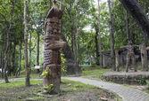 Aboriginal bird sculpture statue — Stock Photo