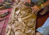 The view of the craftsman's hand using the chisel to engrave tha — Stock Photo