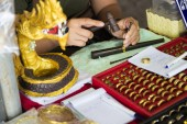 Goldsmith use a hammer and nail to carve the tracery — Fotografia Stock