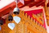 Bell hängande från templet taket — Stockfoto