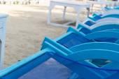 Cadeira de praia de madeira azul e branco — Fotografia Stock