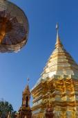 Pagoda dorato asiatico con l'ombrello — Foto Stock