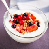 Yogurt with cereals and berries (healthy breakfast) — Foto Stock