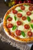 Pizza margherita — Stok fotoğraf