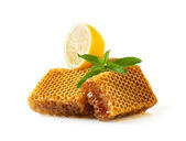 Honeycomb and lemon with mint sprig. — Stock fotografie