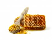 Honeycomb and a spoon with pollen. — Stock fotografie