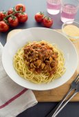 Spaghetti bolognese with ground chicken and mushroom — Stock Photo
