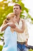 夏の森 o で自分の時間を支出 2 つ若いなロマンチックな恋人 — ストック写真