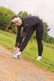 понятие фитнес: молодой привлекательной женщиной, растяжения до regu — Стоковое фото