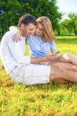 Youth Lifestyle Concept:Relaxing Caucasian Coiple Sitting Togeth — Stock fotografie