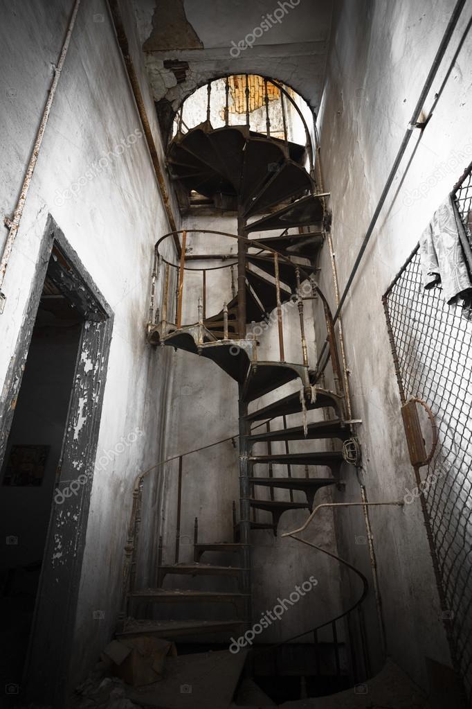 Scala a chiocciola in una costruzione abbandonata della for Scala a chiocciola della cabina