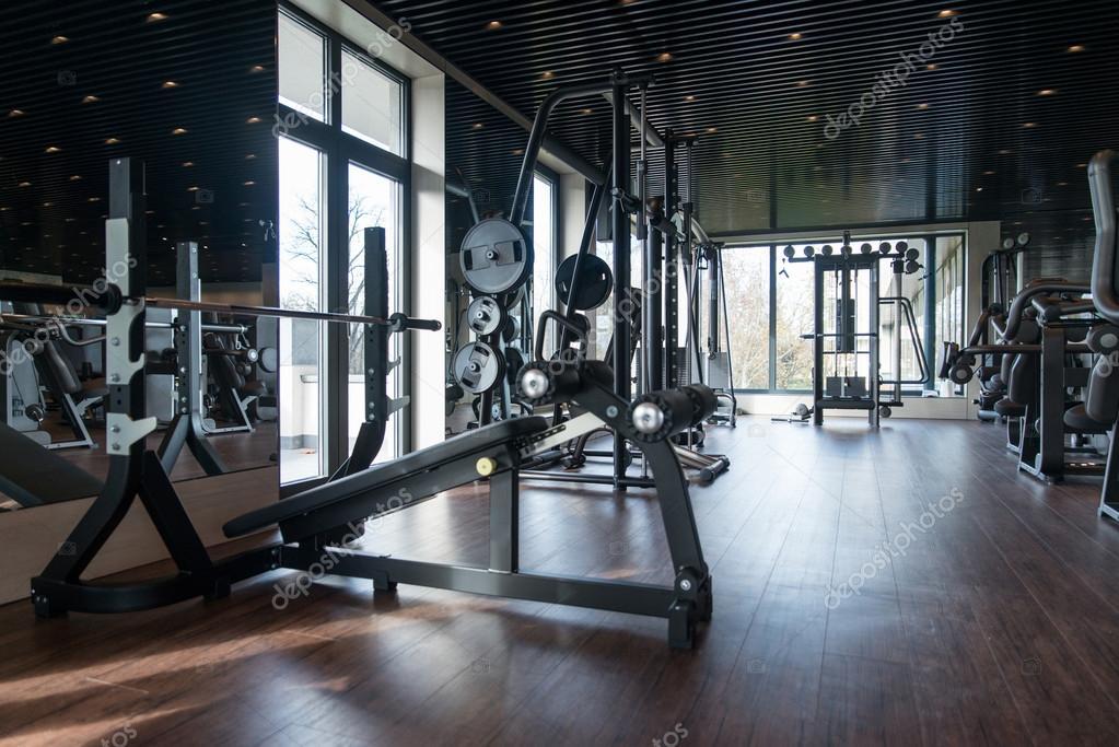 interieur van de moderne fitnessruimte met apparatuur stockfoto 110310284. Black Bedroom Furniture Sets. Home Design Ideas